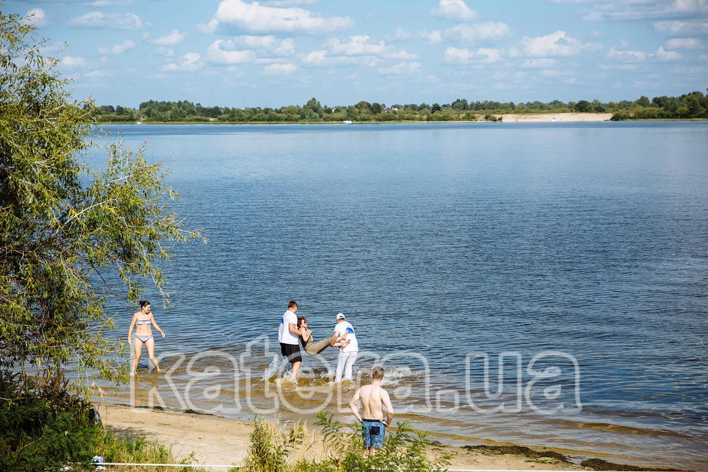 Гости отдыхают возле пляжа на острове Великий - katera.ua