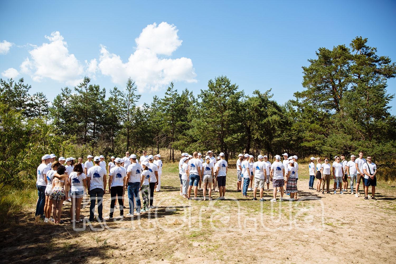 Сотрудники компании поделились на команды и ждут начало проведения игры - katera.ua