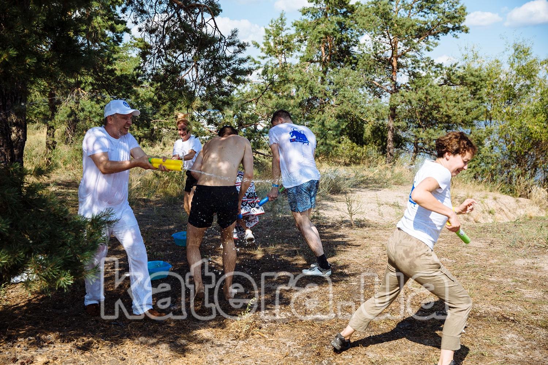 Отдыхающие играют с водными пистолетами - katera.ua