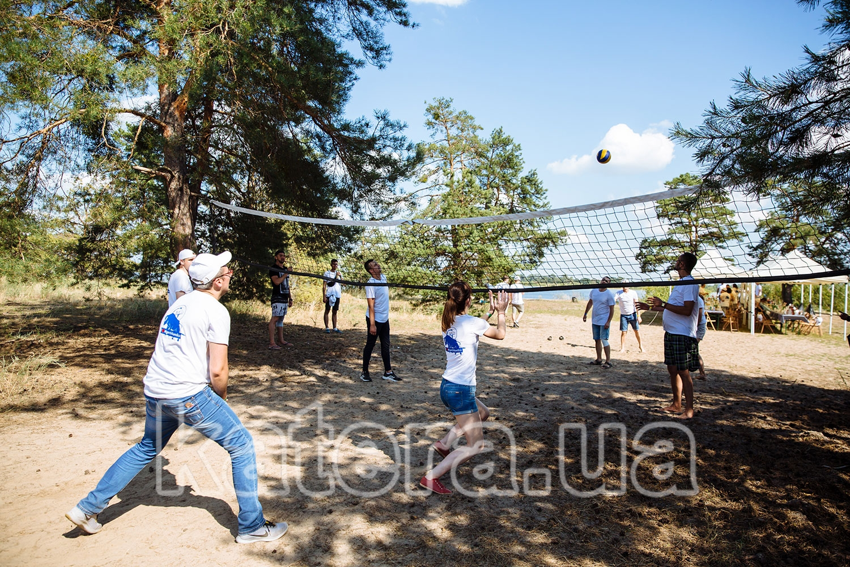 Гости играют на волейбольной площадке - katera.ua