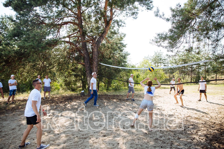 Коллеги по работе играют в волейбол - katera.ua