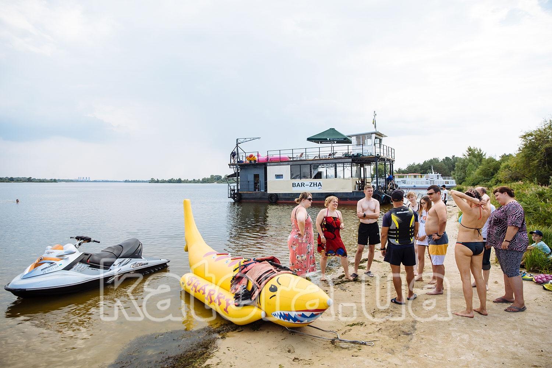 Инструктор рассказывает о технике безопасности катания на надувном банане и управления гидроциклом - katera.ua