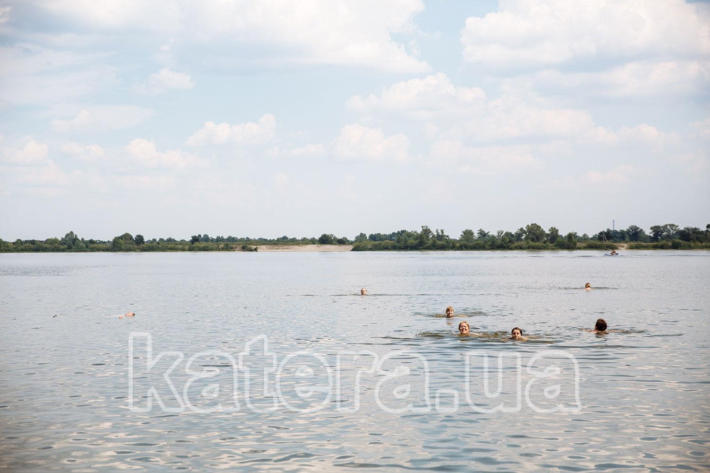 Гости плавают в Днепре возле острова Великий - katera.ua