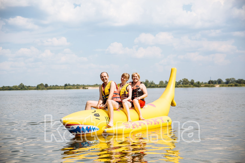 Довольные сотрудники в ожидании катания на надувном банане - katera.ua