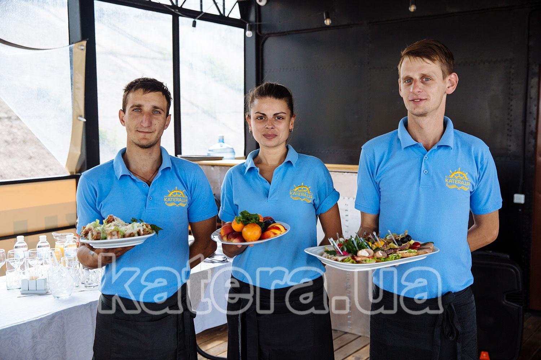 Официанты с блюдами на нижней палубе теплохода Баржа - katera.ua