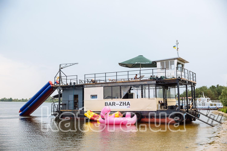 Теплоход Баржа с водными развлечениями ошвартован у пляжа острова Великий - katera.ua