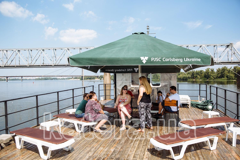 Гости общаются на верхней открытой палубе теплохода Баржа - katera.ua