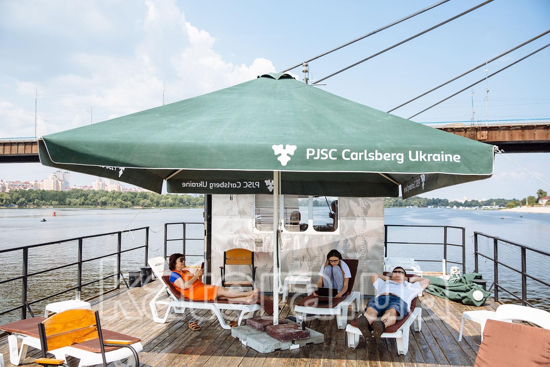 Гости отдыхают на шезлонгах на верхней палубе теплохода Баржа - katera.ua