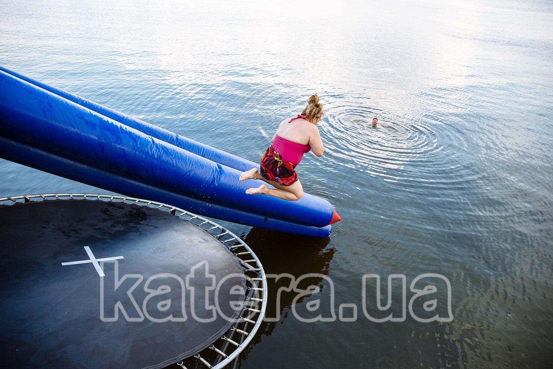 Прыжок в воду с батута с верхней палубы теплохода Баржа - katera.ua