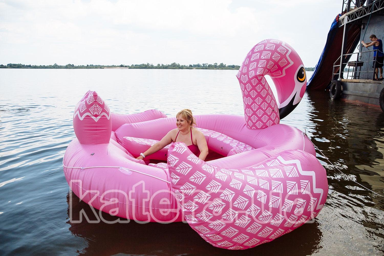 Женщина отдыхает на большом розовом надувном фламинго - katera.ua