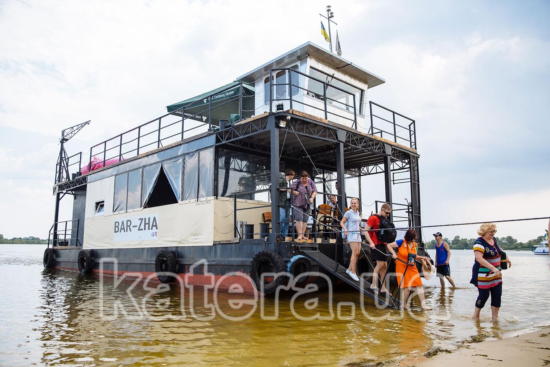 Гости выходят с теплохода Баржа по трапу на берег острова Великий - katera.ua
