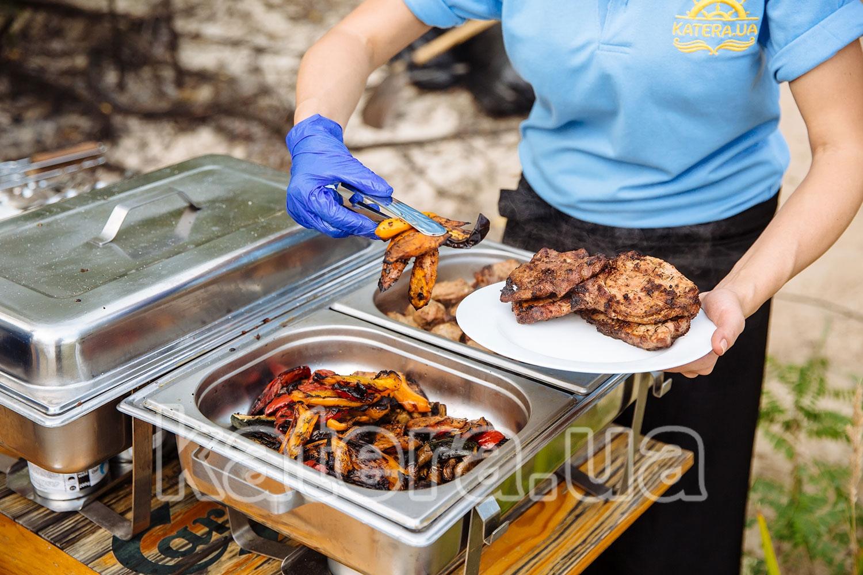 Овощи и мясные стейки с мангала - katera.ua