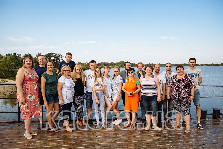 Общая фотография сотрудников компании на верхней палубе теплохода Баржа - katera.ua
