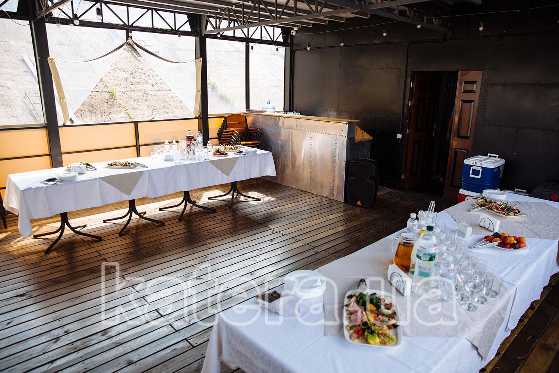 Салон с фуршетом на столах на нижней палубе теплохода Баржа - katera.ua