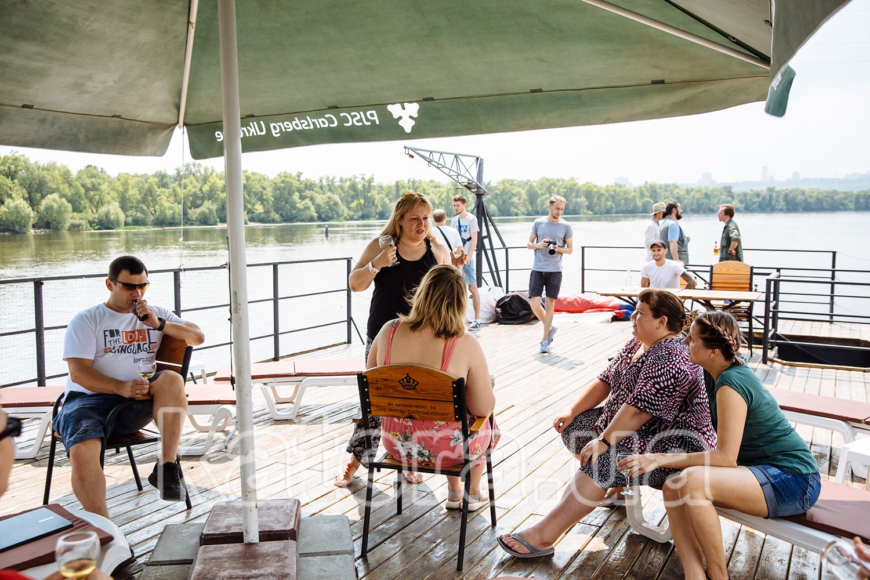 Сотрудники общаются между собой на верхней открытой палубе теплохода Баржа - katera.ua