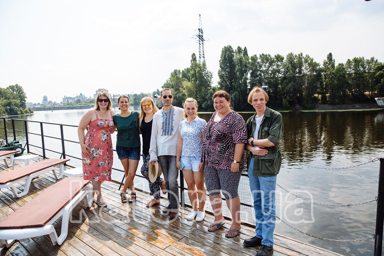 Сотрудники фотографируются на верхней палубе теплохода Баржа - katera.ua