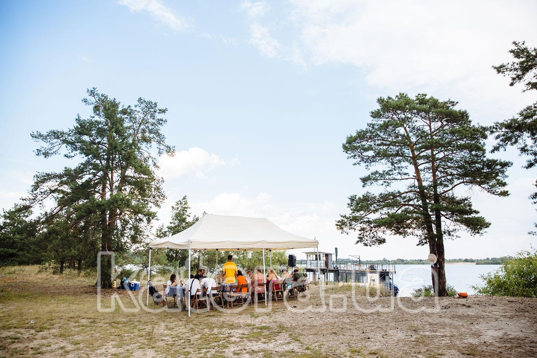 Гости под тентом наслаждаются пикником на острове Великий - katera.ua