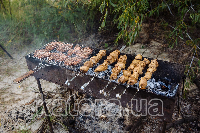 На мангале готовятся мясные стейки и шашлыки - katera.ua