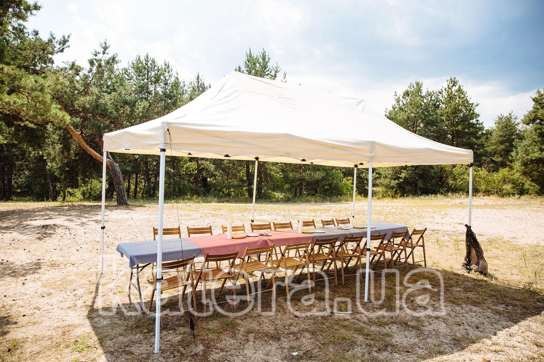 Площадка с тентом, столами и деревянными стульями на острове Великий - katera.ua
