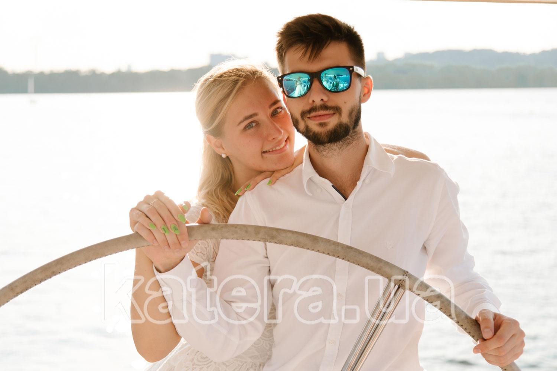 Милая пара влюбленных за штурвалом яхты Пилар - katera.ua