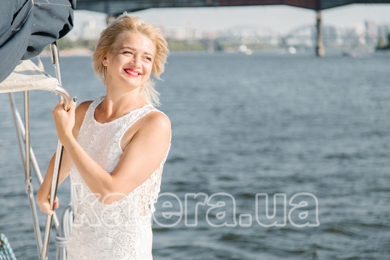 Красивая девушка позирует фотографу - katera.ua