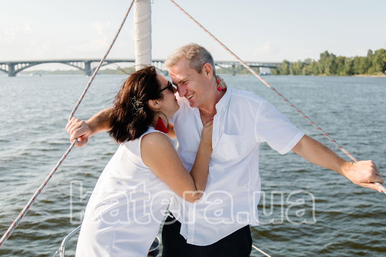 Красивая пара улыбается друг другу на носу яхты Пилар - katera.ua