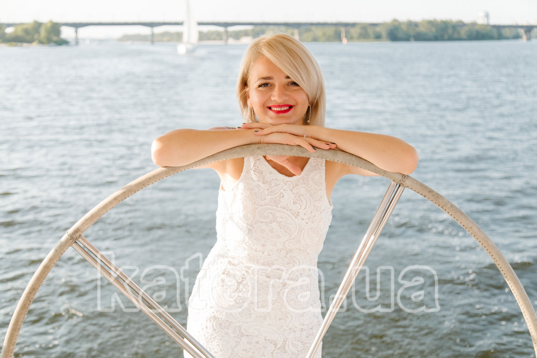 Девушка с красивой улыбкой за штурвалом яхты Пилар - katera.ua