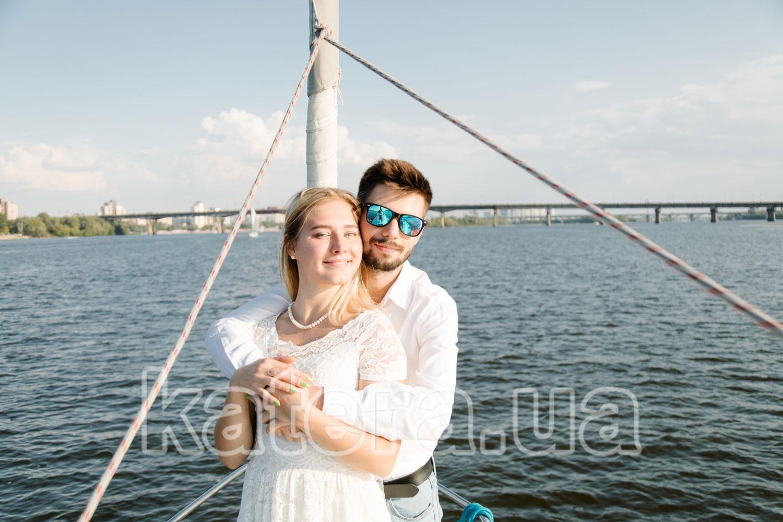 Пара молодых людей нежно обнимаются на носу яхты Пилар - katera.ua