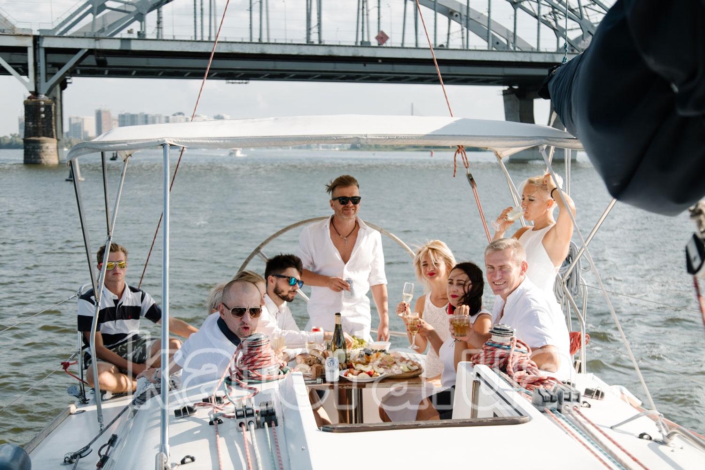 Гости на летней площадке яхты Пилар наслаждаются прогулкой по Днепру - katera.ua