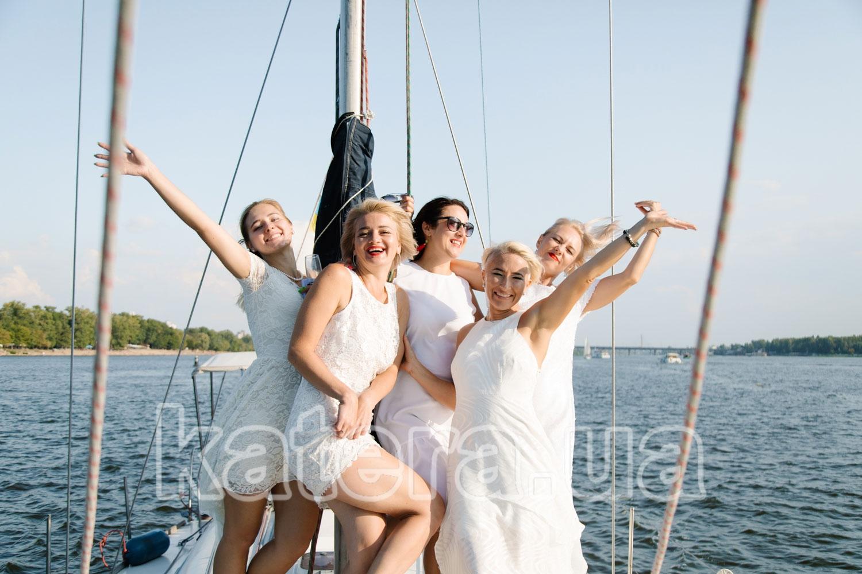 Компания веселых девушек на носу яхты Пилар - katera.ua