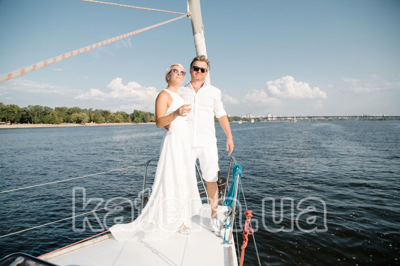 Красивая пара в белом на носу яхты Пилар - katera.ua