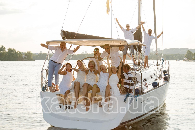 Веселые гости на закате возвращаются в яхт-клуб - katera.ua