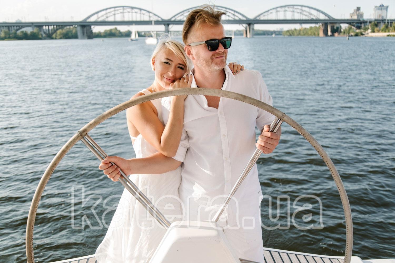 Пара очаровательных влюбленных за рулем яхты Пилар - katera.ua