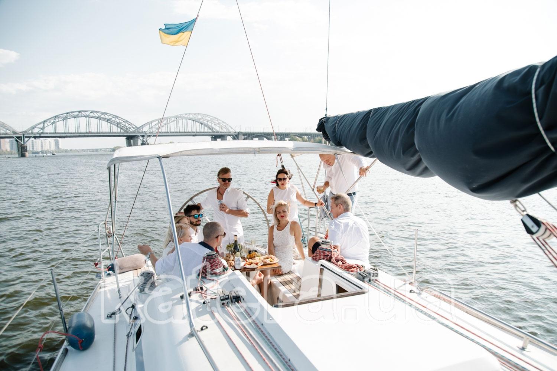 Именинник празднует свой день рождение в кругу близких друзей - katera.ua