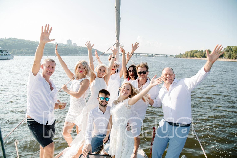 Все гости собрались на носу яхты Пилар для общей фотографии - katera.ua