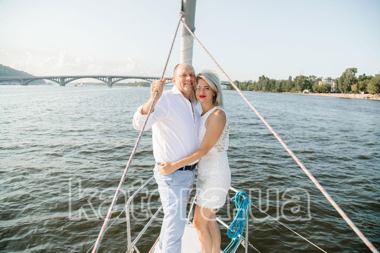 Милая пара влюбленных на фоне моста Метро - katera.ua