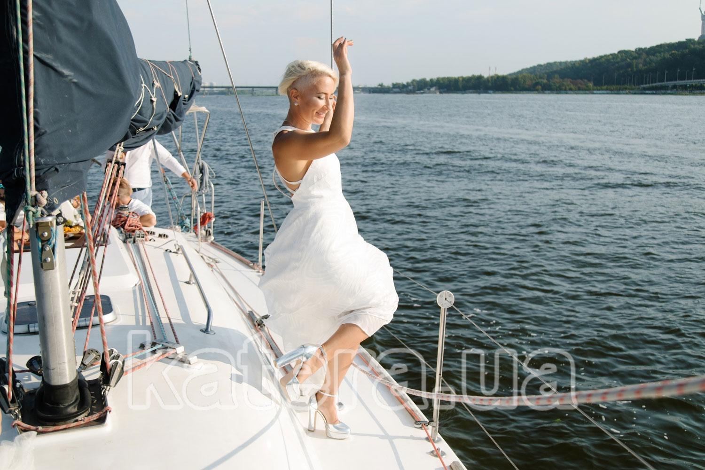 Красивая девушка в белом платье и на каблуках - katera.ua