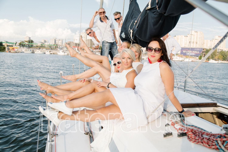 Гости на палубе парусной яхты Пилар - katera.ua