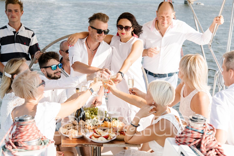 Гости поднимают бокалы шампанского в честь именинника - katera.ua
