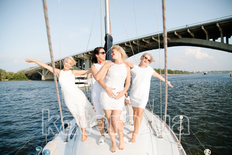 Компания красивых девушек позирует фотографу на палубе яхты Пилар - katera.ua