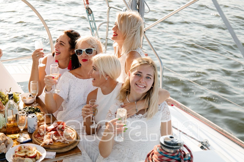 Компания очаровательных девушек с шампанским в кокпите на яхте Пилар - katera.ua
