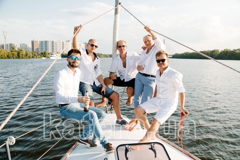 Мужская фотосессия на носу яхты Пилар - katera.ua