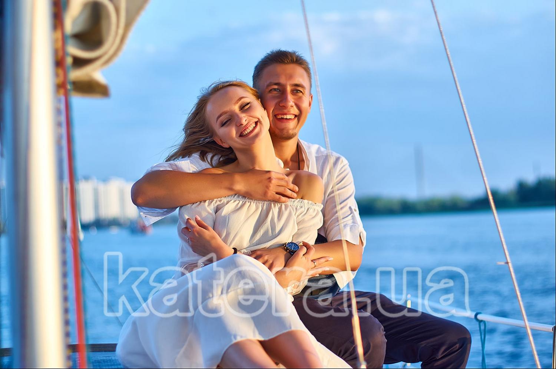 Когда парень и девушка обнимаются на яхте, они создают вокруг себя идеальный мир - katera.ua