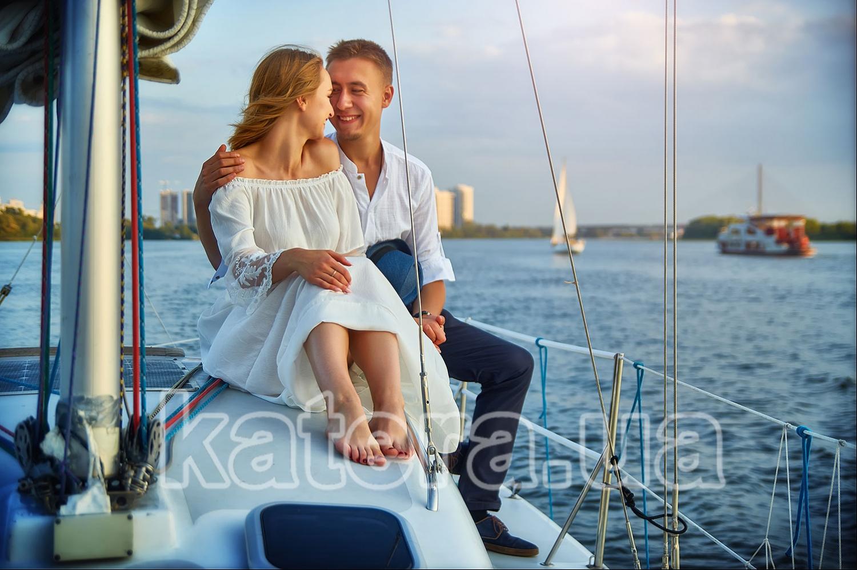 Влюбленные на яхте: улыбка, шепот нежных слов, прикосновение рук - katera.ua