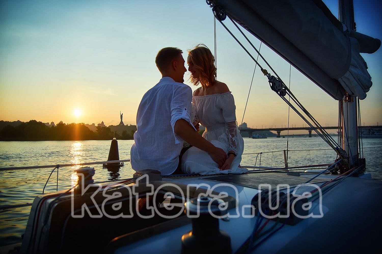 Романтичный закат на яхте Александра. Влюбленные слышат лишь сердцебиение друг друга - katera.ua