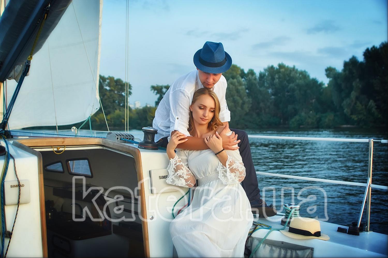 Даже после заката солнца влюбленные обнимают друг друга на яхте Александра - katera.ua