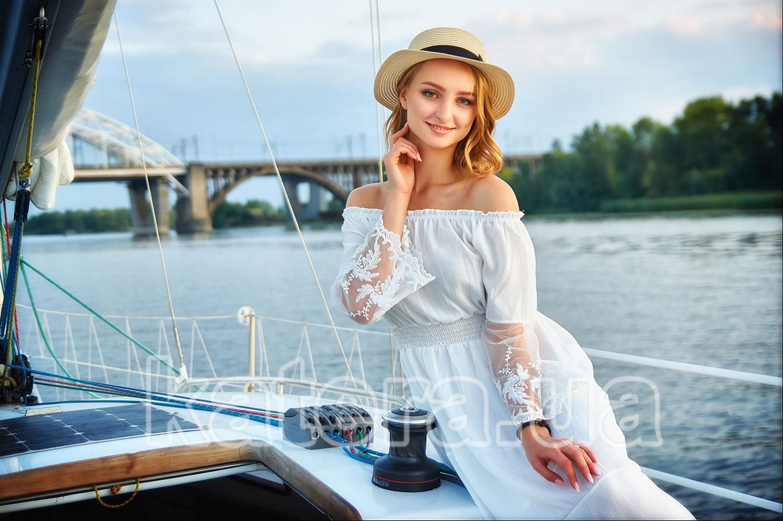 На фоне голубого неба девушка в белом платье и шляпке выглядит, как принцесса - katera.ua