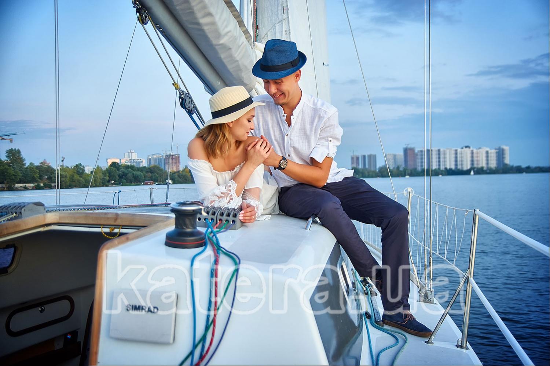 Нежно обнимая девушку за плечо, парень демонстрирует девушке свои чувства - katera.ua
