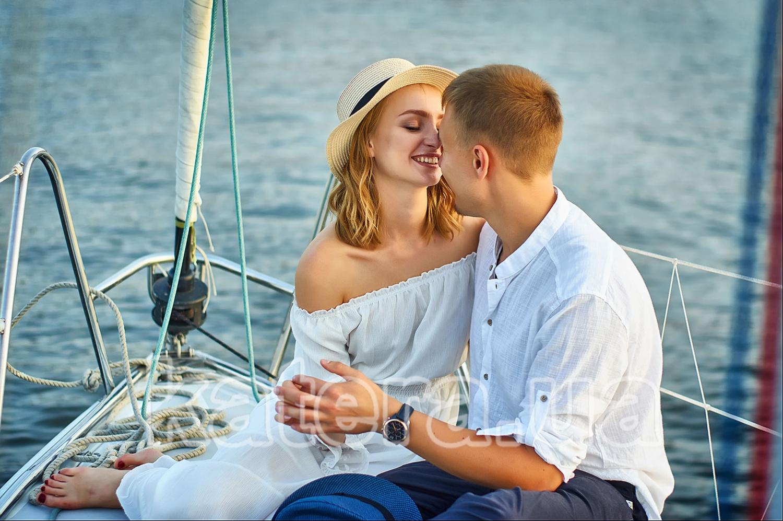 Свежий воздух, солнце, парусная яхта Александра, нежные объятия и поцелуи двух любящих людей - katera.ua