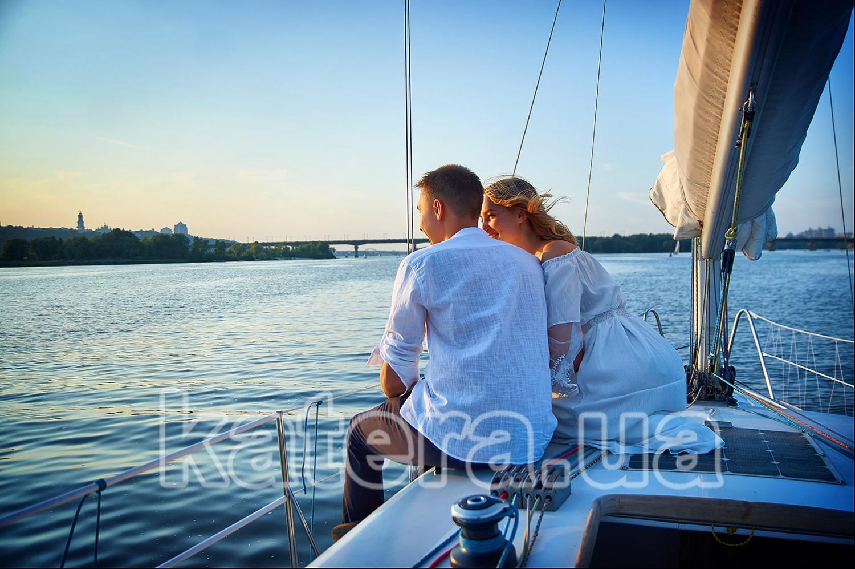 На яхте Александра влюбленным приятно быть рядом, наслаждаясь пейзажем и друг другом - katera.ua